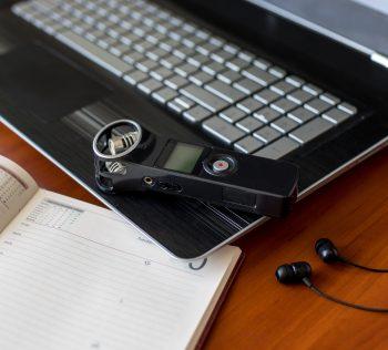 Express Scribe est juste un player audio spécialisé adossé à un éditeur de texte. La transcription est manuelle, longue, et aucune reconnaissance vocale n'est effectuée : la transcription avec Express Scribe consiste à écouter le fichier audio et ...
